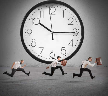 team working: Concetto di tempo e il ritardo con l'esecuzione imprenditore