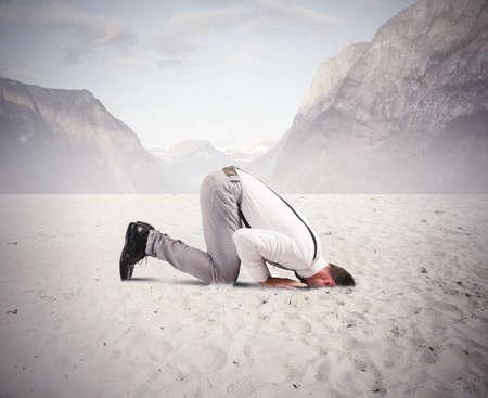 Concept van angst voor de crisis met zakenman als een struisvogel