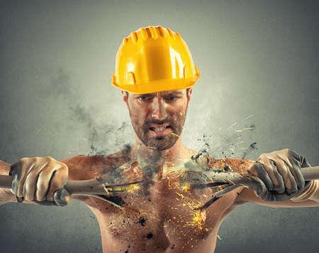 Una descarga eléctrica de un hombre durante el trabajo