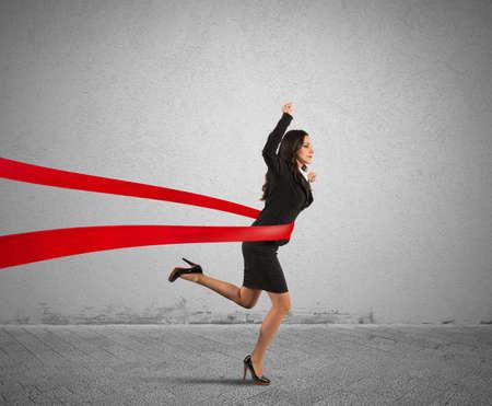 lideres: Concepto de ganador de negocios en una l�nea de meta Foto de archivo