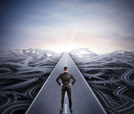 成功への容易な道を歩くビジネスマン