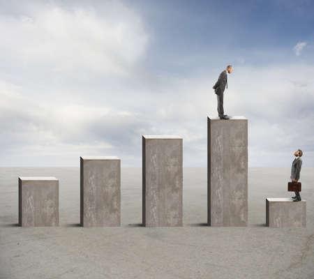 Koncepcja sukces i niepowodzenie z biznesmenem na pasku statystyki