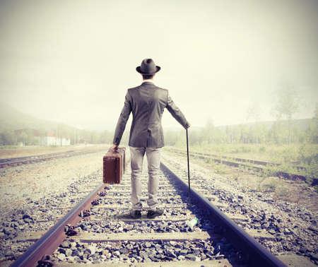 Zakenman op spoorweg lopen voor nieuwe zakelijke kansen Stockfoto