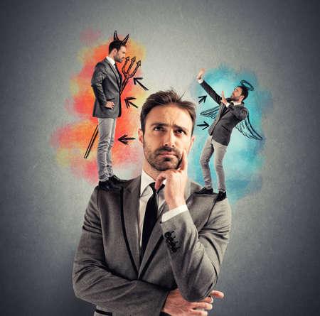 teufel und engel: Versuchung von einem Geschäftsmann mit Engel und Teufel Lizenzfreie Bilder