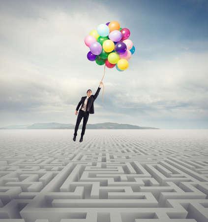 laberinto: El hombre de negocios supera el obstáculo con un hombre de negocios que vuelan