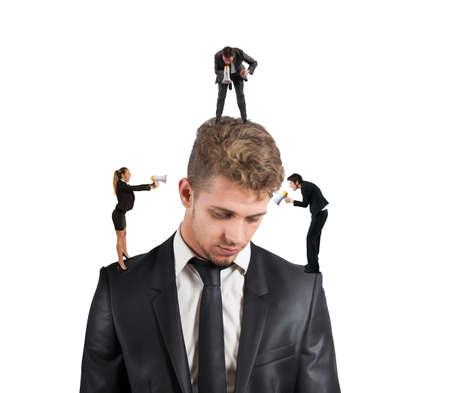 obedecer: Concepto de hombre estresado debido a los colegas