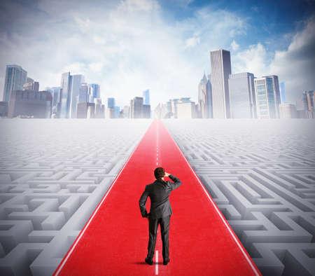 koncept: Affärsman går på vägen till framgång