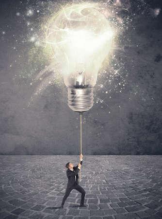 概念の実業家と大きな電球とアイデアを照らす