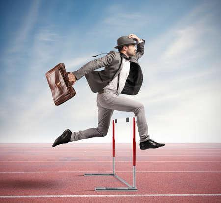 EMPRESARIO: De negocios que salta un obstáculo durante el trabajo
