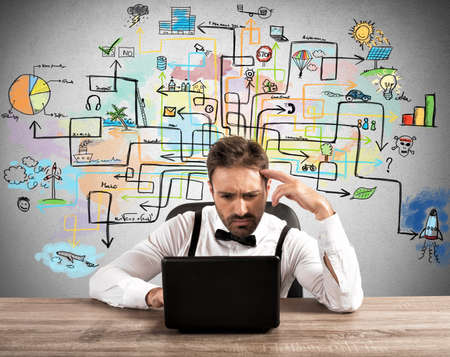 diagrama de flujo: El hombre de negocios trabaja en un proyecto difícil con el ordenador portátil