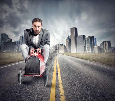 El hombre hace un examen de manejo para la licencia de conducir