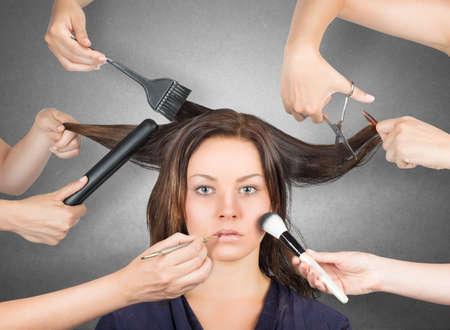 Stylist: Modelo listo para el maquillaje y corte de pelo Foto de archivo