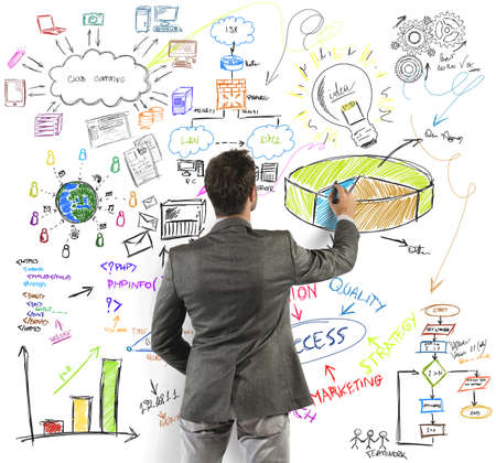 planowanie: Biznesmen zwraca duży nowoczesny projekt biznesowy