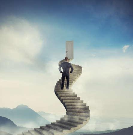 Geschäftsmann bereit, eine neue Chance Tür zu erreichen