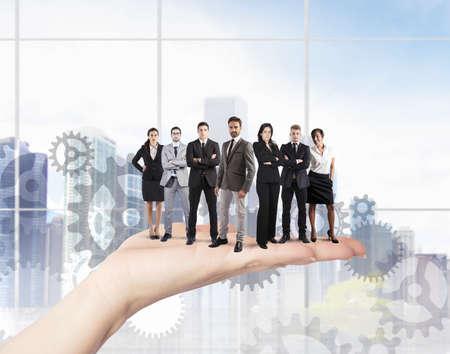 empresas: Concepto de trabajo en equipo y la integración con empresario en la mano