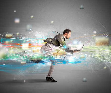 Koncept rychlého internetu s tekoucí podnikatel s notebookem