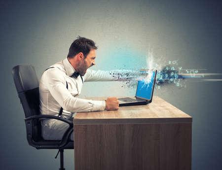trabajando en computadora: El estr�s y la frustraci�n de un hombre de negocios debido a un error inform�tico