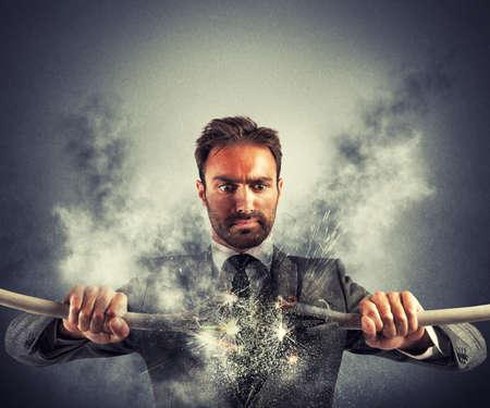 choc �lectrique: Choc �lectrique d'un homme d'affaires avec c�ble cass�
