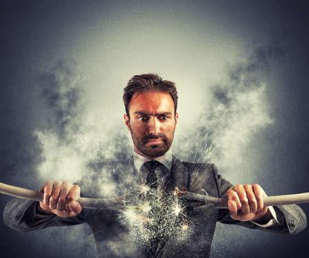descarga electrica: Descarga eléctrica de un hombre de negocios con el cable roto