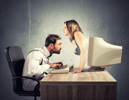 mujer desnuda: Concepto de sexy charla con una mujer que salen de un monitor Foto de archivo