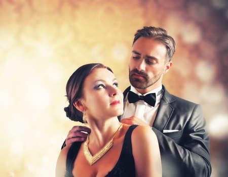 Ehefrauen: Ein Mann gibt eine Halskette seiner Frau Lizenzfreie Bilder