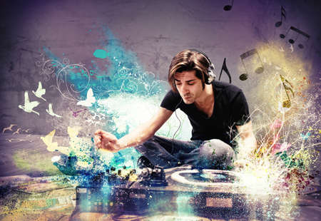musica electronica: DJ tocando música en una habitación con efecto fresco Foto de archivo