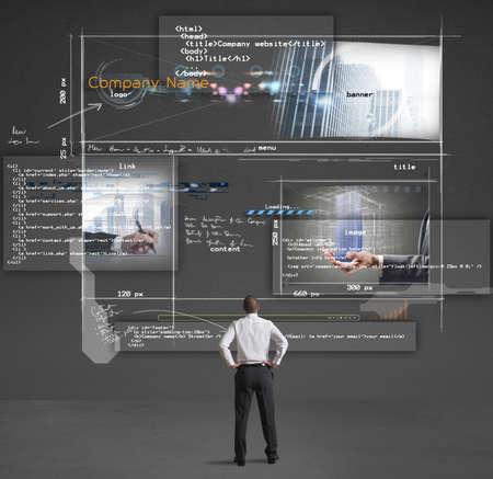 회사: 사업가는 회사 웹 사이트의 프리젠 테이션을 보여줍니다 스톡 사진