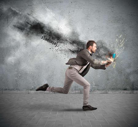 poškozené: Koncept stresovaní obchodník s přehřátého notebooku Reklamní fotografie