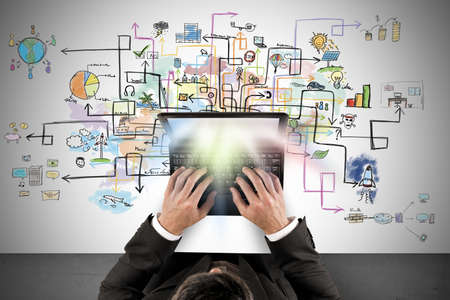 사업가는 새로운 창조적 프로젝트에 대한 노트북 작동