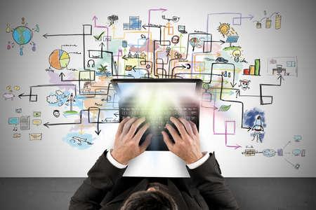 Affärsman arbetar med en bärbar dator om nya kreativa projekt Stockfoto