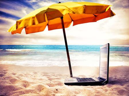 vacanza al mare: Concetto di tempo di vacanza con un computer portatile in spiaggia
