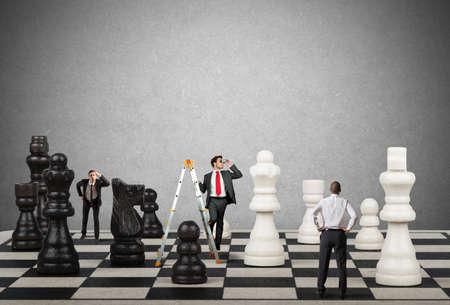koncept: Strategi och taktik i ett team av affärsman
