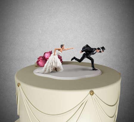 hochzeit: Lustige Flucht aus der Ehe-Konzept über einen Kuchen