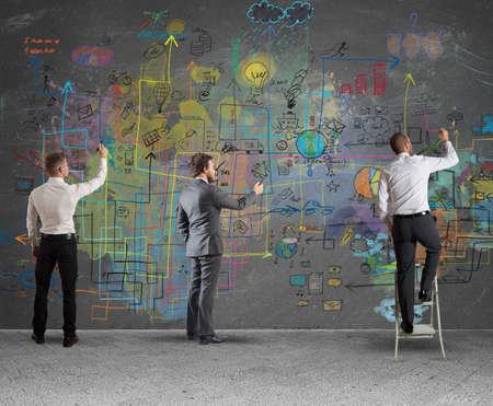 planificacion: Equipo de negocios que drena un nuevo proyecto complejo Foto de archivo