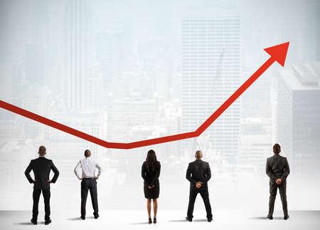 gente exitosa: Equipo de negocios observe creciente éxito tendencia estadísticas
