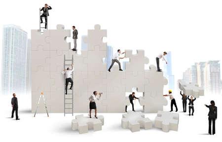 zusammenarbeit: Business-Team baut ein neues Unternehmen mit Puzzle Lizenzfreie Bilder