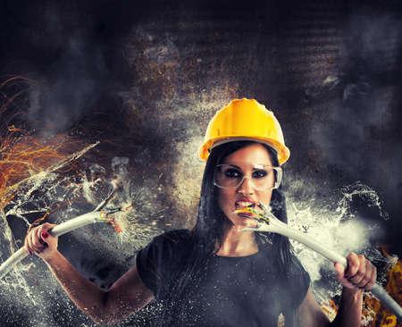 Sexy Rebellen Mädchen bricht große elektrische Kabel