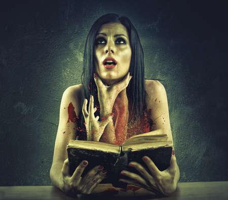 女の子はホラー ストーリーから出てくる手で首を絞め 写真素材