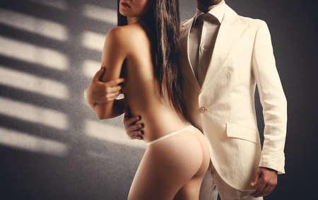 femmes nues sexy: Adoration d'une jeune fille sexy par un homme