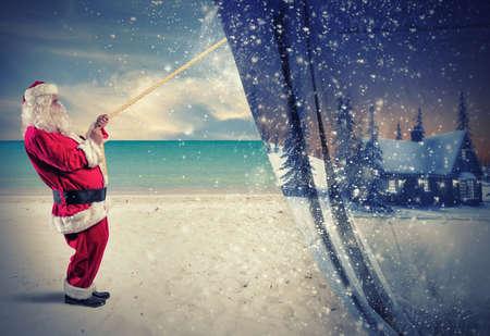 natale: Babbo Natale tira l'inverno per fare il cambiamento per l'estate Archivio Fotografico