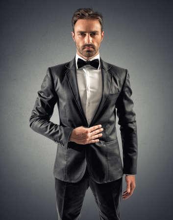 Сексуальная Элегантный бизнесмен с галстуком-бабочкой и белой рубашке Фото со стока