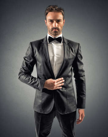 guardaespaldas: Elegante hombre de negocios atractivo con la pajarita y camisa blanca