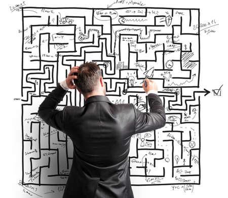 Difficile risoluzione di un labirinto da un uomo d'affari travagliata Archivio Fotografico