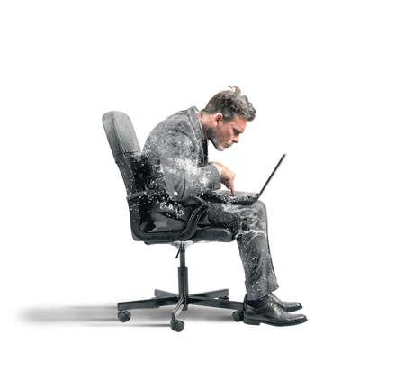 Concept de la dépendance à Internet l'homme d'affaires congelé