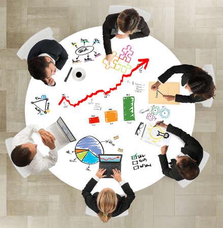exito: El trabajo en equipo de negocios trabaja en proyectos exitosos