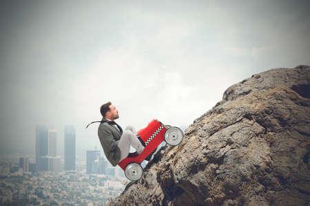 El hombre de negocios que conduce un coche rápido en una montaña Foto de archivo