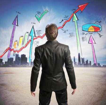 Biznesmen watchs udanych statystyk firmy