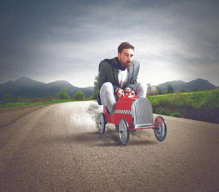 brinquedo: Empresário dirigir um carro rápido em uma rua Imagens