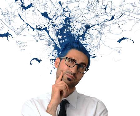 Uomo d'affari creativa con l'uscita di colore blu dalla testa