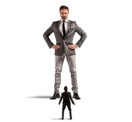 autoridad: Concepto de abuso de autoridad por parte del jefe en una oficina